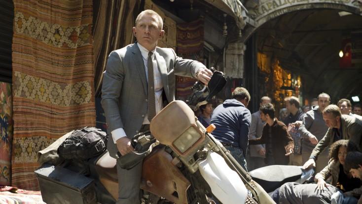 Daniel Craig Reprises Bond in 'Skyfall' – 4 photos